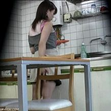 【盗撮】妹の淫らな行為をとらえた家庭用ビデオ映像流出!意味深に人参を見つめ・・・