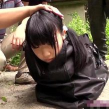 【ロリ レイプ動画】ほとんどモノ扱い・・・ダンボールの上で強姦されるツインテJCが不憫