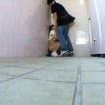 【ロリレイプ動画】ポニーテールのJC少女を公衆便所に連れ込み強引に生チンコ咥えさせ中出しレイプ・・・