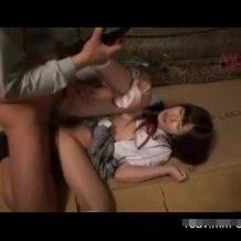 【JKレイプ動画】松葉杖ついて歩く女子校生を夜道で襲って中出し強姦・・・