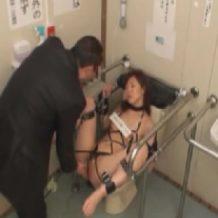 【ギャルレイプ動画】罰ゲームで公衆トイレに完全固定され肉便器状態のギャルが次々に犯される