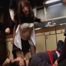 【人妻レイプ動画】美人妻が家に侵入してきた鬼畜男2人組に旦那の目の前でイラマチオレイプされる
