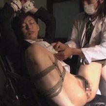 【OLレイプ動画】拉致監禁され完全に拘束されて身動き取れないOLが鬼畜男に玩具調教される