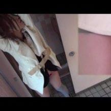 【スカトロ動画】公衆トイレに入ってきた口が悪い女を拘束しおしっこ漏れるまでただ待つ個人映像!