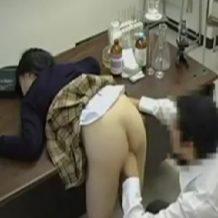 【昏睡レイプ動画】睡眠薬で真面目なJKを眠らせた変態教師がヤリたい放題犯しまくってる・・・