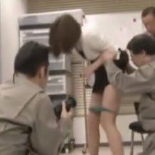【輪姦レイプ動画】残業中のOLが業者の男たちにオフィスで無茶苦茶にレイプされてしまう