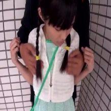 【ロリレイプ動画】小学生のような少女の処女まんこ犯し髪の毛鷲掴みでイラマチオする鬼畜男