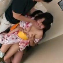 【ロリレイプ動画】浴衣姿のツインテールの女の子を男性2人でトイレに連れ込み無理やり生ハメしちゃう。
