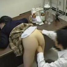 【昏睡レイプ動画】これはヤバい!学校の実験室で変態教師が女子校生に睡眠薬を飲ませ生ハメ!