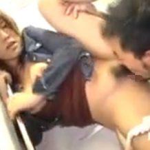 【無修正レイプ動画】痴漢常習犯に電車内で襲われう美女!マンコが手マンで大変なことにw
