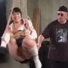 【無修正レイプ動画】外国人に宙づりにされた女子校生がマンコを集中的に凌辱され絶叫しまくる!