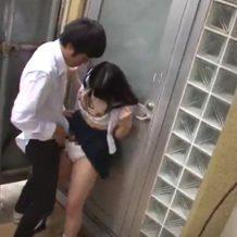 【JKレイプ動画】電車の中で寝てる女子校生のお股からパンチラが…興奮した男子が尾行し路地裏に連れ込んで強姦!