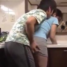 【家庭内レイプ動画】キッチンで家事をしてる母親に発情した息子がそのまま強姦する!