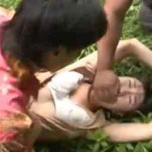【ハメ撮りレイプ動画】野外で可愛いお姉さんを集団を押さえつけ号泣しながらもセックス強要!