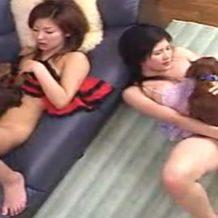 【獣姦動画】痴女2人が犬のペニスに感じ喘ぎまくるアニマルセックス!