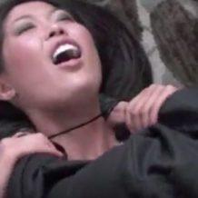 【絞首レイプ動画】自宅へ不法侵入してきた変質者に首を絞められ失神中に襲われる黒髪美人