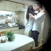 【リアルレイプ動画】家庭内のキッチンに侵入した外国人が人妻を襲い強姦する!