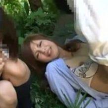 【レイプ動画】野外で女教師が強姦魔に襲われている横で悲しそうに眺めるJK少女