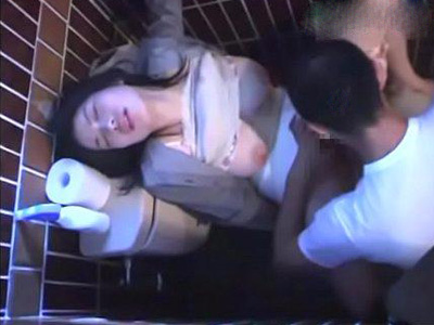 【無修正レイプ動画】泥酔してトイレでぐったりしている女を見つけてつい犯してしまう!