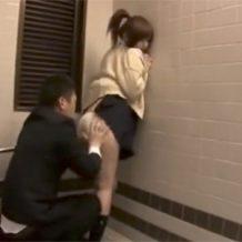 【JKレイプ動画】電車に乗ってる制服姿の女子校生を駅のトイレに連れ込んで強姦する!