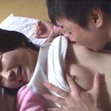 【リアルレイプ動画】家庭内でクズの兄が寝てるJCを近親相姦しおっぱいを舐めまくる