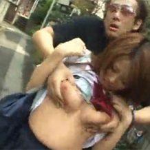 【リアルレイプ動画】路上を歩いてる女性の背後から襲いかかり服を脱がしておっぱいを揉むキチガイがやばい
