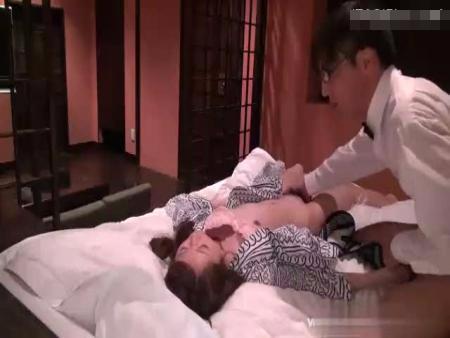 【無修正レイプ動画】旅館従業員の犯行映像流出!一人旅のOLに睡眠薬を飲ませて昏睡中に種付け強姦…