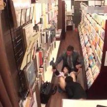 【露出レイプ動画】古本を探す真面目JKを店内で強姦!店員二人に衣服を脱がされ生チンコで陵辱…