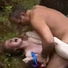 【本物レイプ動画】残酷とはこのこと...キモオヤジに青姦され助けを求め叫ぶ声がリアル...