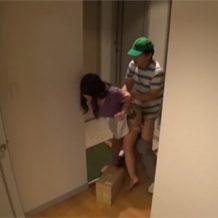 【レイプ動画】配達員の男性が巨乳の人妻に興奮して玄関先で生ハメ強姦!
