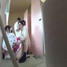 【青姦レイプ動画】夏祭りに向かう浴衣少女2人をトイレに連れ込んで処女喪失の輪姦!