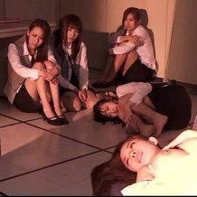 【集団レイプ動画】犯しとる場合かァーッ!ムラムラした銀行強盗犯、ついでに女子職員を強姦!