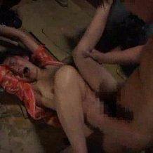 【拘束レイプ動画】廃墟に拉致られ集団で強姦された巨乳娘。号泣で顔面崩壊していても容赦なし!