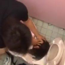 【本物レイプ動画】トイレ便器に顔を抑え込みながら少女を犯して中出しする鬼畜集団がハメ撮り映像・・・