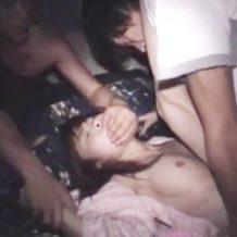 【無修正 レイプ動画】眠っている少女が悪夢かのような最悪な目覚めをする夜這い強姦のリアルハメ撮り映像!