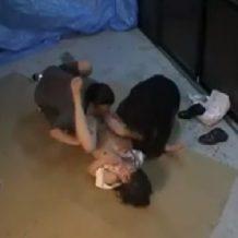 【ガチレイプ動画】レイプ魔に捕まったOLが段ボールの上で犯され妊娠確実の中出しされてる・・・