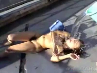 【※閲覧注意】50人の男たちに囲まれ殴られガチレイプされる素人女性の悲惨な映像がこちら...