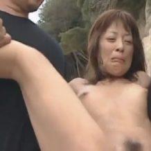【輪姦レイプ動画】人けのないビーチで号泣しながら震えてる女を鬼畜男3人が容赦なくレイプ