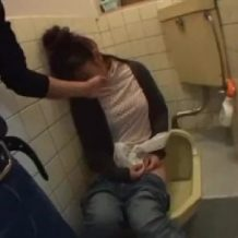 【昏睡レイプ動画】泥酔させた女性たちをトイレで妊娠確実の中出しレイプする鬼畜男