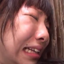 【JKレイプ動画】処女まんこに瓶やチンコを容赦なくぶち込まれ悶絶し号泣するロリ少女・・・