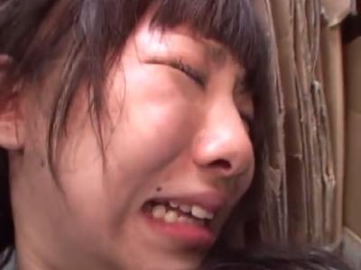 【ロリレイプ動画】処女マンコに瓶やチンコを容赦なくぶち込まれ悶絶し号泣する少女・・・
