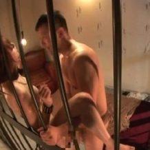 【巨乳レイプ動画】檻の中に変態野郎と二人っきり。脱出不可能な状態で強姦!