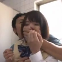 【JKレイプ動画】駐輪場で女子校生が強姦魔に襲われ制服のまま鬼ピストン!続きは公衆トイレで凌辱プレイ!