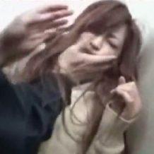 【JKレイプ動画】トイレを盗撮し女子校生が入ってくると襲いかかりレイプする鬼畜男
