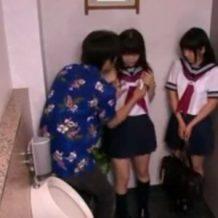見た目は清楚系なのに淫乱なJKをナンパし円光成立!トイレに連れ込んでセーラー服美少女と3Pセックスし、最後は顔射!