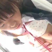 ツインテールの童顔JKが電車内で痴漢手マンされ、幼い純白パンツを股間に食い込ませる
