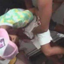 【ギャルレイプ動画】海の家で働いてるエロ姉さんをシャワー室に連れ込み集団で犯し中出し!