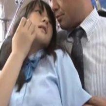 【痴漢レイプ動画】通学中の満員バスの中でJKがおっさんに密着され強引に唇を奪われる!