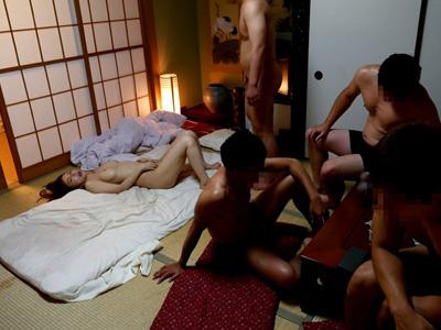 【レイプ画像】あのAV女優を集団でガチ強姦した様子...スマホでハメ撮りされ大量ザーメン!