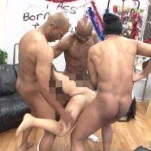 【無修正レイプ動画】沖縄で黒人に拉致られたOLが膣が避けるほどの極太マラ3本で滅茶苦茶に犯される…